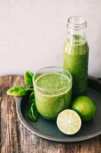 6 receitas de suco com os ingredientes da horta