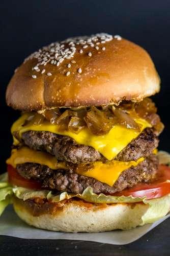 6 burgers em Porto Alegre pra pedir em casa no Dia do Hambúrguer