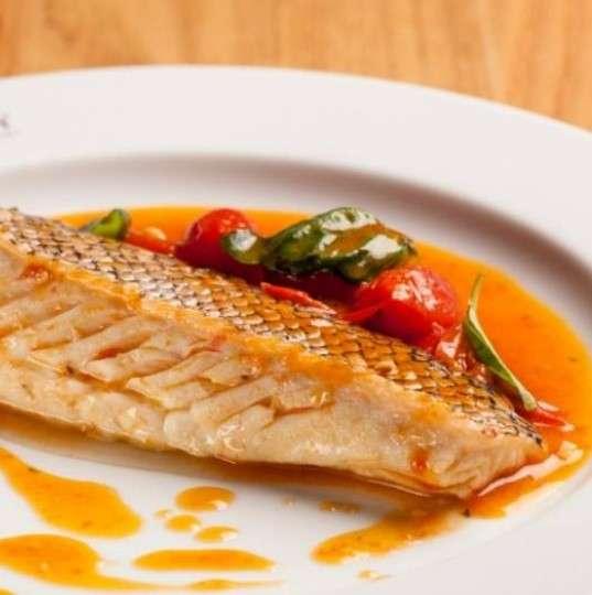 Peixe cozido com tomate e vinho branco
