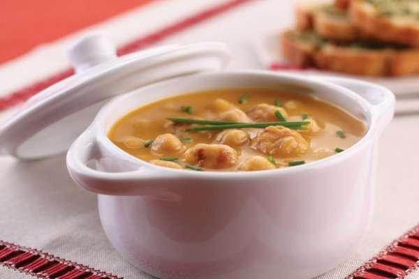 Sopa de grão-de-bico com mini almôndegas de frango